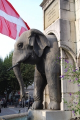 Fontaine des Eléphants -  Cette fontaine est le monument le plus célèbre de Chambéry, il a été érigée en 1838 par le sculpteur grenoblois Pierre-Victor Sappey qui commémore les exploits en Inde du Général et Comte de Boigne (1751-1830). Détail de l'un des quatre éléphants de bronze.