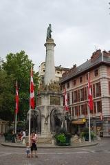 Fontaine des Eléphants -  Cette fontaine est le monument le plus célèbre de Chambéry, il a été érigée en 1838 par le sculpteur grenoblois Pierre-Victor Sappey qui commémore les exploits en Inde du Général et Comte de Boigne (1751-1830). Vue de la place en direction de la rue de Boigne.