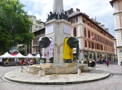Fontaine des Eléphants - English: Sight of the fontaine des éléphants fountain of Chambéry, whose elephants are wearing colors of Tour de France, the day of the 2017 9th step finish in the town, in Savoie, France.