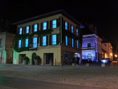Hôtel des Douanes - English: Sight, by night, of the city of Chambéry tourist office and the hôtel des douanes building, in Savoie, France.