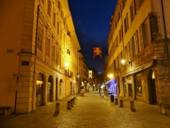 Hôtel des Marches - English: Sight, by night, of the rue Croix d'Or street, one of the two main pedestrian streets in Chambéry downtown, Savoie, France.