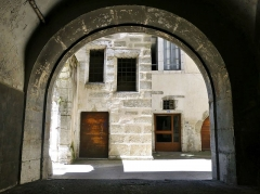 Hôtel de Montjoie - English: Sight of a covered part of the Allée de Boigne giving on an inner courtyard it crossed before coming covered again, in the historical center of Chambéry, in Savoie, France.