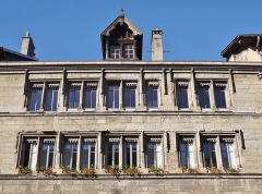 Immeuble - English: Sight of the hôtel Dieulefis windows and only skylight, in Chambéry, Savoie, France.