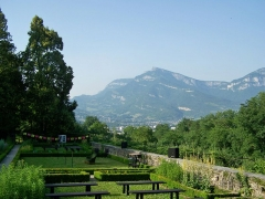 Maison des Charmettes - English: Sight of the clos des Charmettes gardens, where Jean-Jacques Rousseau used to live, on the heights of Chambéry (background), in Savoie, France.