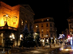 Théâtre municipal - English: Sight, by night, of snow and Christmas trees along the theater of Chambéry, in Savoie, France. Rue d'Italie street is visible at the background.