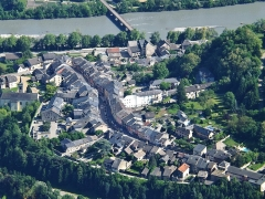 Pont Morens (également sur commune de Montmélian) - English:   Aerian sight, from the Roche du Guet mount in the Bauges mountain range, of the old neighborhood of Montmélian along the river Isère, near Chambéry in Savoie.