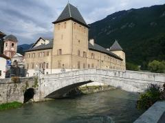 Evêché de Tarentaise - English: Former bishopric and old bridge in Moûtiers, Savoie, Rhône-Alpes, France.