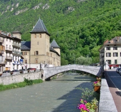 Evêché de Tarentaise - English: Sight of the Vieux-Pont (old bridge) crossing the river Isère in the French city of Moûtiers in Savoie.