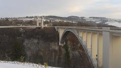 Pont suspendu de la Caille (également sur commune de Cruseilles) - Deutsch: Pont de la Caille und Pont Caquot. Aufgenommen zwischen Cruseilles und Allonzier-la-Caille, Savoie, Frankreich.