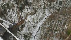 Pont suspendu de la Caille (également sur commune de Cruseilles) - Deutsch: Pont de la Caille, auch Pont Charles-Albert - Blick auf die Usses. Aufgenommen zwischen Cruseilles und Allonzier-la-Caille, Savoie, Frankreich.