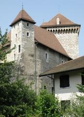Château - Annecy, ville et préfecture du département de la Haute-Savoie (région Rhône-Alpes, France). Château: logis (à gauche) et tour (à droite) Perrière.
