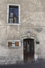 Eglise Saint-Maurice - Français:   Porte d\'entrée du 1, rue du collège chapuisien et reflet du clocher de l\'église Saint-Maurice, à Annecy