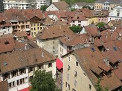 Eglise Saint-Maurice - Français:   Annecy, ville et préfecture du département de la Haute-Savoie (région Rhône-Alpes, France). Vue générale de la vieille ville, depuis l'esplanade du château. Au centre, le palais de l\'Isle; plus haut, toujours au centre, l'église Saint-Maurice; en haut à droite, la façade occidentale de l'église Saint-François-de-Sales et, derrière, l'hôtel de ville. La rue en bas à gauche est la rue de l\'Île.
