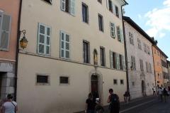 Maison Lambert - Français:   Maisons du XVIe siècle, situées rue Jean-Jacques Rousseau, à Annecy. Maisons n° 13, ancienne Maîtrise (où Jean-Jacques Rousseau prit des leçons de musique en 1730) et n°15, Lambert (où habita François de Sales)
