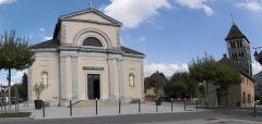 Eglise - Français:   Vue de la place Gabriel Fauré d\'Annecy le vieux, montrant l\'Église Saint-Laurent et le clocher roman du 12e siècle.