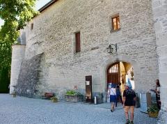 Château - Français:   Entrée du public du château de Clermont (Haute-Savoie).