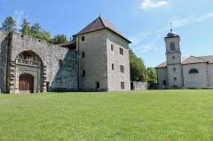 Château - Français:   Façade du château et église Saint-Étienne de Clermont.