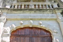 Château - Français:   Haut du portail et balcon du château de Clermont (Haute-Savoie).