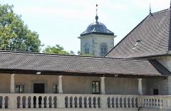 Château - Français:   Château et clocher de l\'église Saint-Étienne de Clermont.