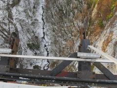 Pont suspendu de la Caille (également sur commune d'Allonzier-la-Caille) - Deutsch: Pont de la Caille, auch Pont Charles-Albert - Blick auf die Usses. Aufgenommen zwischen Cruseilles und Allonzier-la-Caille, Savoie, Frankreich.