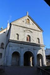 Eglise - Façade et avant-nef de l'église Saint-Jean-Baptiste de Megève (XIe - XIVe - XVIIe siècles). L'Église est consacrée en 1694. L'avant nef date de 1872. Statues de l'Immaculée Conception (haut) et de Saint Jean Baptiste (bas)