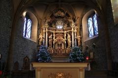 Eglise - Chœur de l'église Saint-Jean-Baptiste de Megève (XIe - XIVe - XVIIe siècles). L'Église est consacrée en 1694. Le retable du maître-autel de 1731, détruit en partie lors de la Révolution, reconstruit ensuite au cours de la restauration Sarde. Chœur du XIVème siècle, de style gothique flamboyant.