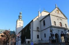 Eglise - Profil de l'église Saint-Jean-Baptiste de Megève (XIe - XIVe - XVIIe siècles). L'Église est consacrée en 1694. L'avant nef date de 1872.