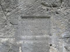 Voie romaine et inscription commémorative (également sur commune de Dingy-Saint-Clair) - Français:   Inscription commémorative d\'époque gallo-romaine au niveau du passage de la voie romaine dans la cluse du Fier, dans la commune de Dingy-Saint-Clair, Haute-Savoie, Rhône-Alpes, France; L(ucius) Tincius / Paculus / pervium fecit.  CIL XII 2555 = ILHSavoie 00055 = ILN-05-03, 00779 = CAG-74, p 223