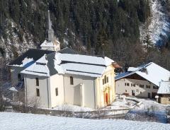Eglise Saint-Nicolas-de-Véroce -  L'église de Saint-Nicolas-de-Véroce (Saint-Gervais-les-Bains, Haute-Savoie) et le musée d'Art Sacré, vue depuis la montée en télésiège.