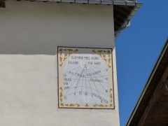 Eglise Saint-Nicolas-de-Véroce - Cadran solaire sur la façade avant de l'église Saint-Nicolas-de-Véroce située à Saint-Gervais-les-Bains, Haute-Savoie, France.