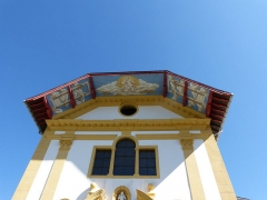 Eglise Saint-Nicolas-de-Véroce - Haut de la façade avant de l'église Saint-Nicolas-de-Véroce située à Saint-Gervais-les-Bains, Haute-Savoie, France.