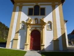 Eglise Saint-Nicolas-de-Véroce - Porte de la façade avant de l'église Saint-Nicolas-de-Véroce située à Saint-Gervais-les-Bains, Haute-Savoie, France.