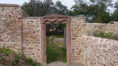 Double enceinte du château et du cimetière -  Linteau de porte daté de 1604 à Châtenois