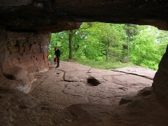 Site du Mont-Saint-Michel -  Nordvogesen 2004 Mont Saint-Michel  Grotte des sorcières (Hexengrotte) im Felsen unter der Kapelle, im Boden ein Kopnischensarkophag