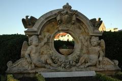 Hôtel du Palais -  Biarritz, monument à l'entrée de la villa Eugénie