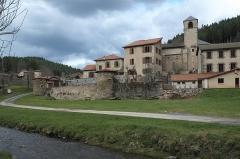 Eglise Saint-Jean-Baptiste - Deutsch: Saint-Vert im Département Haute-Loire (Auvergne-Rhône-Alpes/Frankreich), Befestigungsmauer mit Türmen, ehemalige Prioratskirche Saint-Jean-Baptiste