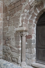 Eglise Saint-Jean-Baptiste - Deutsch: Ehemalige Prioratskirche Saint-Jean-Baptiste in Saint-Vert im Département Haute-Loire (Auvergne-Rhône-Alpes/Frankreich), Säule mit Kapitell am Portal