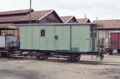 Ligne à voie ferrée métrique le Blanc-Argent (ou B.A.) sur le tronçon Luçay-le-Malé-Argy - Français:   Le fourgon DF51 ex-POC construit en 1903 par Blanc-Misseron, au dépôt du chemin de fer du Blanc-Argent de Romorantin le 14 octobre 1989.