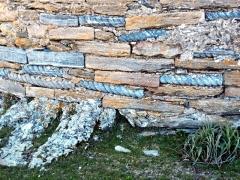 Eglise Santa Reparata - English: Merusaglia, Rustinu (Corsica) - Chjesa Santa Riparata di Merusaglia, basa di l'abside ornatu di sculpture turcinate