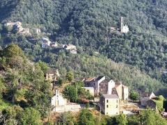 Eglise Saint-André -  Alzi, Bozio (Haute-Corse) - Vue du village d'Alzi (avant-plan). En arrière-plan, le hameau de Poggio et l'église Sant'Andréa dite «cathédrale du Bozio».