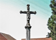 Croix de cimetière - Français:   Croix d\'église de Bouverans. Face est. Détail. Doubs