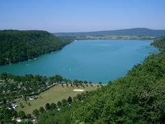 Villages palafittes du lac de Chalain -  Lac de Chalain vu des falaises de Fontenu - France (Jura).  self made PRA