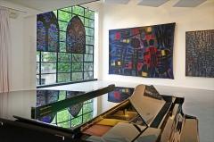 Immeuble - Deuxième étage (avec mezzanine) du musée  Le Musée Mendjisky-Ecoles de Paris est installé dans un ancien atelier d'artiste, la maison du maître verrier Louis Barillet (1880-1948), situé au 15 Square de Vergennes, à Paris (15è).  Edifié en 1932 par le célèbre architecte Robert Mallet-Stevens, le bâtiment offre quatre niveaux d'exposition qui ont été aménagés à l\'issue de la restauration de l\'édifice.  Les étages supérieurs, éclairés par de vastes verrières, offrent des cimaises très bien adaptées à des expositions d\'oeuvres d\'art.  Le musée organise des expositions temporaires. En ce moment et jusqu\'au 15 octobre 2015, c\'est l\'oeuvre du peintre Alfred Manessier, qui est à l\'honneur.  Ce musée privé mérite d\'être mieux connu et davantage visité car il dispose d\'espaces exceptionnels en plein Paris associant architecture art déco et oeuvres d\'art.  Site du musée Musée Mendjisky-Ecoles de Paris  www.fmep.fr/