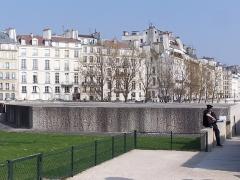 Mémorial des martyrs de la Déportation - English: Entrance of the Mémorial aux victimes de la déportation, at the jardin de l'Île-de-France, Île de la Cité in Paris