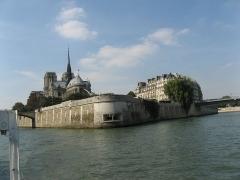 Mémorial des martyrs de la Déportation - English: Paris from its main river: Île de la Cité, Mémorial des martyrs de la déportation, choir of Notre-Dame de Paris.