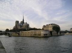 Mémorial des martyrs de la Déportation - Paris, Île de la Cité, pointe est avec, au premier plan, le Mémorial des Martyrs de la Déportation. Photo prise du Port de la Tournelle
