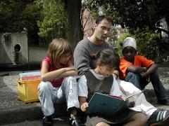Bibliothèque pour enfants - Français:   Moment de lecture dans le jardin
