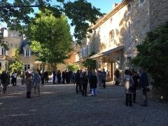 Château de Grézan - English: Courtyard with people (Vernissage)