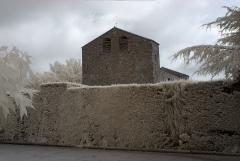 Eglise paroissiale Saint-André - Église paroissiale Sant-André, Montbolo (Pyrénées-Orientales, Languedoc-Roussillon, France) photographiée avec un filtre infrarouge 720 nm.