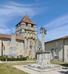 Eglise Saint-Jean-Baptiste - Français:   Croix de pierre, monument aux morts et clocher de l\'église de Grassac, Charente, France
